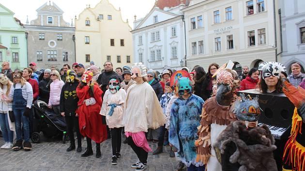 Před kostelem sv. Víta krumlovským masopustníkům požehnal prelát Václav Pícha, na náměstí jim starosta udělil povolení ke koledě.
