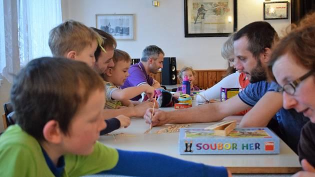 Setkání nad společenskými hrami v Brloze.