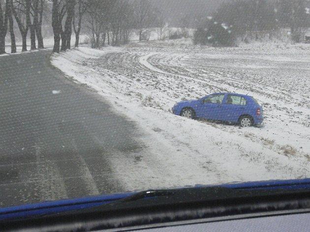 Dostat se mimo silnici nebyl včera zas tak velký problém. Vyzkoušel si to i jeden z řidičů u Přídolí. Většina z nich ale situaci ustála.