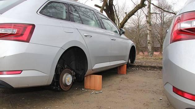 Auta na Lipně do rána zůstala bez kol.