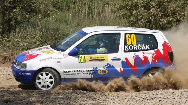 Do horké sedačky Volkswagenu Polo usedl v Hustopečích k Pavlu Korčákovi poprvé Pavel Kacerovský (na snímku z RZ Kurdějovská) a společná premiéra se oběma mladíkům vydařila. Jako jediná posádka třídy N/1400 dojela až do cíle a získala plný počet bodů.