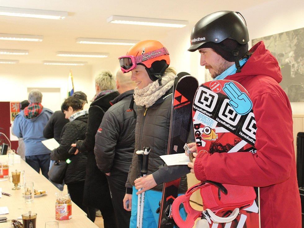 Velkou část voličů na Lipně představují lyžaři, kteří kvůli volbách nechtěli rušit víkend na horách, a tak si vyřídili voličské průkazy.