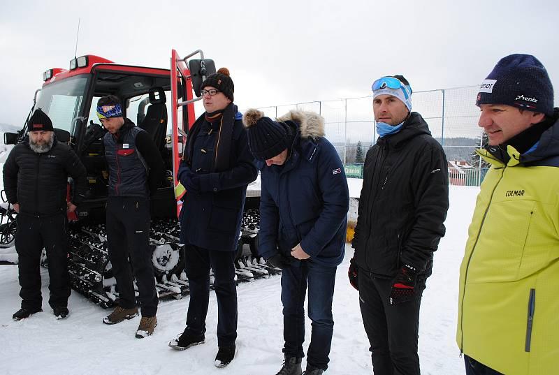 Zprava: předseda TS Lipenska Jiří Mánek, Martin Řezáč z Atletika Frymburk, starosta Oto Řezáč, Pavel Pechoušek z TS Lipenska, pilot Bohumil Jahn a rolbař Lubomír Mrázik.