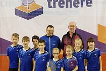 """Badmintonisté SKB Č. Krumlov na finále projektu """"Díky, trenére"""" v Praze (v pozadí zprava oceněný Jiří Frendl a předseda klubu Radek Votava)."""