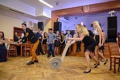 Hasiči se v Holubově na plese výborně bavili. První soutěž - štafetové motání hadice mezi Soběnovem a Holubovem - vyšla lépe Holubovu, kteří se tak dostali do finále, kde podlehli Netřebicím.