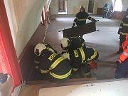 Taktického cvičení Kasárna se kromě zdravotnických záchranářů a hasičů zúčastnili i policisté, městští strážníci a kynologové se psy.