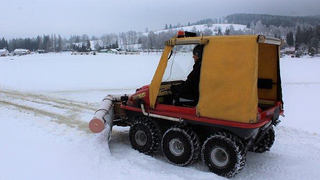 Přípravy ledové magistrály na Lipně