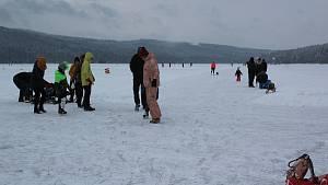 Sobotní poledne na jezeře v Lipně nad Vltavou