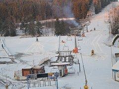 Předpověď hlásí mrazy, a tak sněžná děla na Lipně mohou jet na plný výkon.