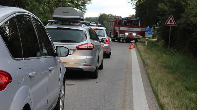 Nehodou se zabývají policisté a hasiči na E 55 u Velešína.