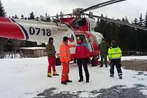 Dívku v bezvědomí ošetřovali záchranáři na Kramolíně.