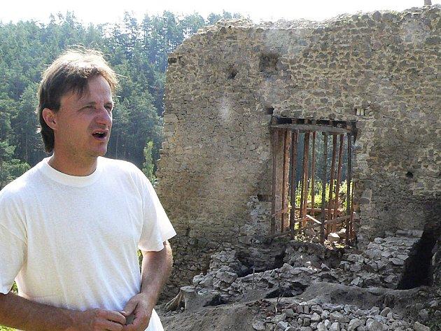Mnoho menších a lidmi opomíjených památek v regionu bývalo kdysi důležitými sídly nebo strážními hrady. Na snímku  Radek Kocanda ze sdružení Hrady na Malši.