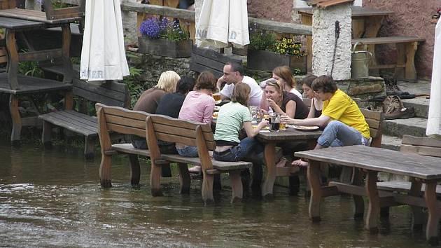 Voda v Českém Krumlově se v sobotu sice o několik čísel zvedla, ale ze břehů se nijak výrazně nevylila.