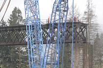 Rozebírání železničního mostu u Holubova.