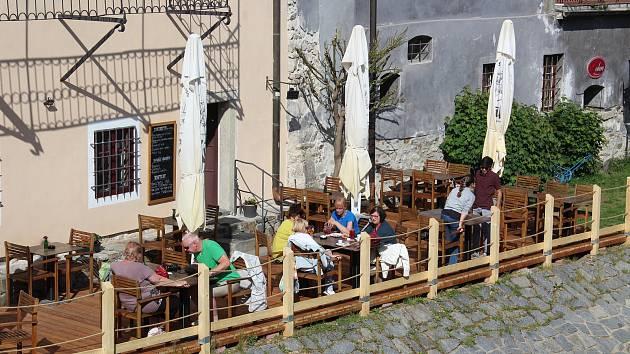 Město Český Krumlov prominulo poplatky za předzahrádky a zkracuje proces jejich schvalování.