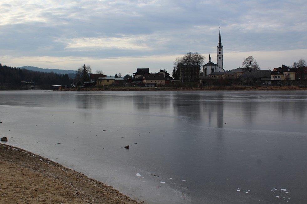 Led na Lipně ještě rozhodně není dost silný na to, aby se po něm pohybovali lidé.
