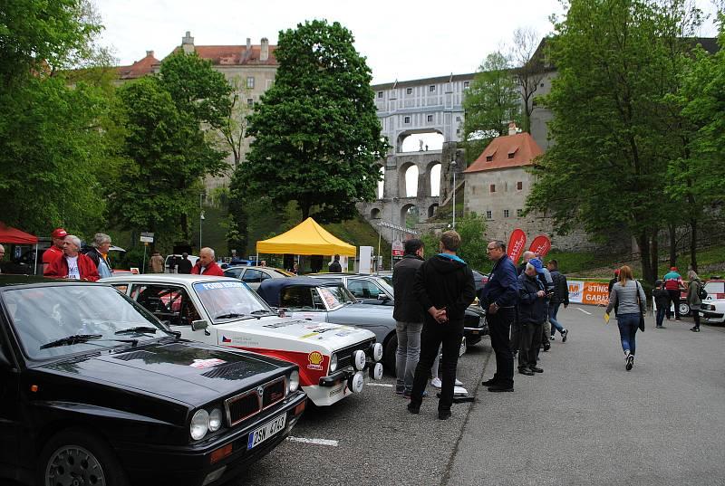 Premiérový ročník Rallye Český Krumlov Revival startoval v tradičním květnovém termínu na tradičním místě, na parkovišti v krumlovské Jelení zahradě.