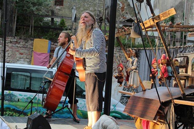 Na slavnostech vystoupil i Víťa Marčík a jeho divadlo, kteří tradičně rozbili své ležení v Hradební ulici.
