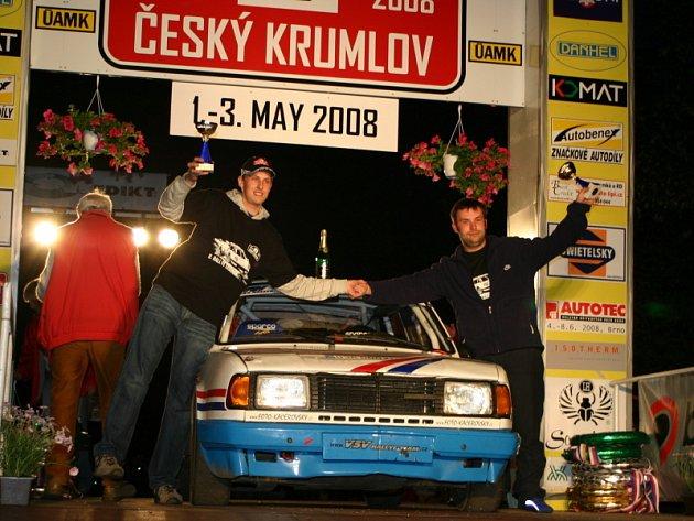 Redaktor Českokrumlovského deníku Pavel Kacerovský (vlevo) a Pavel Stráský převzali v sobotu večer na cílové rampě pod zámkem vítěznou trofej.