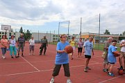 Sportovní hry seniorů na hřišti u Základní školy Školní.
