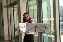 Vzácná návštěva potěšila obyvatele a pracovníky Domova pro seniory v Kaplici. Přišla jim zahrát virtuoska Lea Brückner, která koncertuje v různých zemích světa a má kořeny v Kaplici.