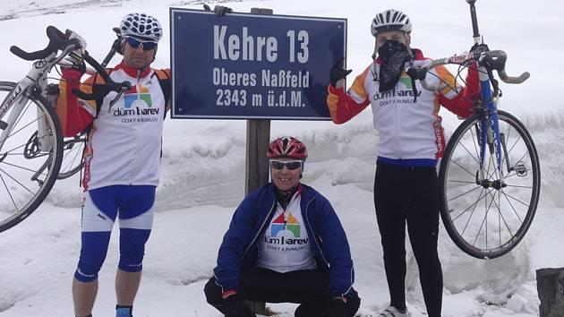 Část šestičlenné krumlovské výpravy, která absolvovala prestižní časovku na nejvyšší horu Rakouska – zleva: Miroslav Kelner, sedící Jiří Homolka a Tomáš Homolka.