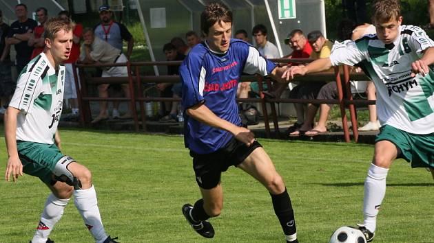 V minulém domácím utkání s Jankovem zaznamenal kaplický útočník Jakub Lesňák (uprostřed mezi dvojicí jankovských beků Kochem a Bürgerem) šestnáctou branku v sezoně a upevnil si pozici nejlepšího střelce krajského přeboru.