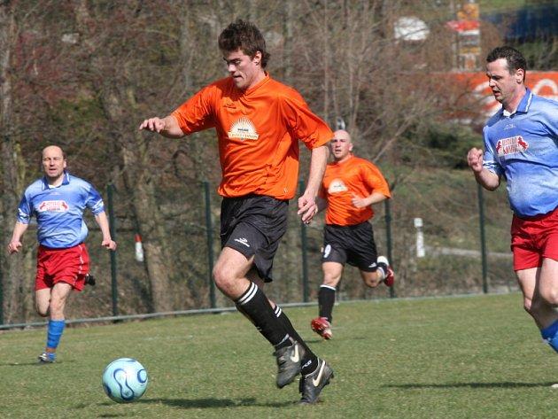 Průměr bezmála pěti branek na zápas si vylepšoval lídr OP z Dolního Dvořiště, v jehož dresu se při kanonádě proti Soběnovu už pojedenácté v sezoně trefil Josef Ševčík (na snímku uprostřed).
