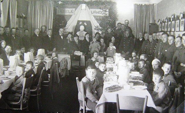V roce 1936 zavedla kaplická vojenská posádka pro děti Čechů v Kaplici vánoční nadílky. Stalo se tak z podnětu vojenských funkcionářů - velitele posádky pplk.Václava Pisingera a štábního kapitána Františka Fanty.