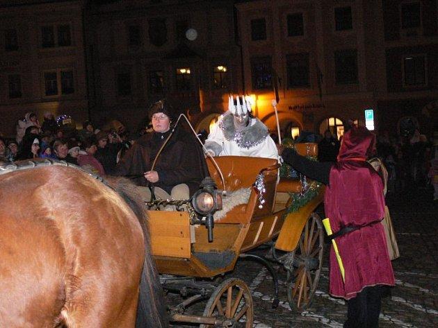 Paní Zima dorazila v kočáře s koňským dvojspěžím a přáníčka odvezla adresátovi.