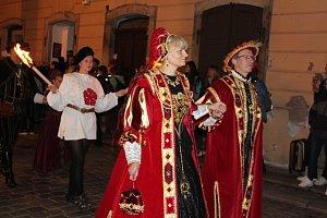 Noční ohňový průvod městem v pátek o Slavnostech pětilisté růže v Českém Krumlově.