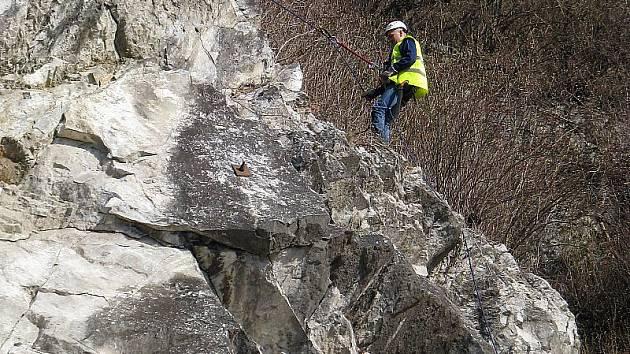 Během nadcházejících jarních měsíců by podle vyjádření hlavního dodavatele mělo dojít k celkovému očištění skály Pod Kamenem od keřů a dřevin.