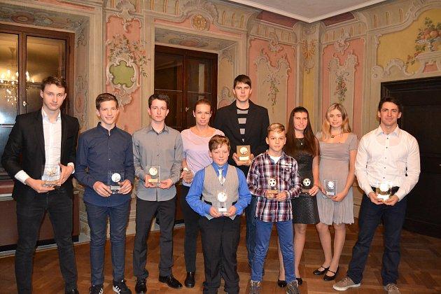 V loňském roce měli v desítce nejúspěšnějších sportovců okresu (na snímku i s jubilejní hvězdou Matyášem Juríkem) převahu badmintonisté. Jak tomu bude letos?
