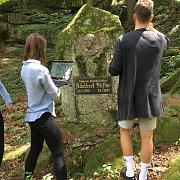 Studenti při snímání pomníku Adalberta Stiftera v Benešově nad Černou.