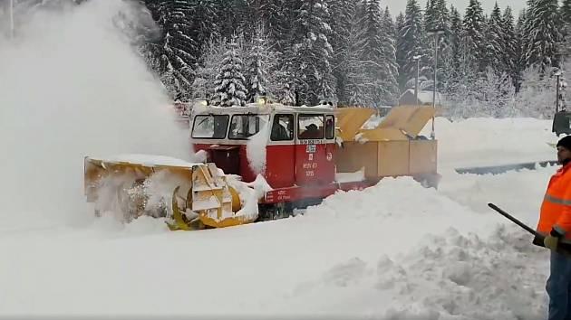 Koleje na Šumavě musela ze zajetí sněhu vysvobodit fréza.