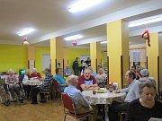 V Domově důchodců v Horní Plané nezpívali koledy pouze klienti domova. Zazpívat si koledy mohl přijít, kdo chtěl. Pospolu si tam pak pěkně od plic zazpívalo 80 zpěváků.