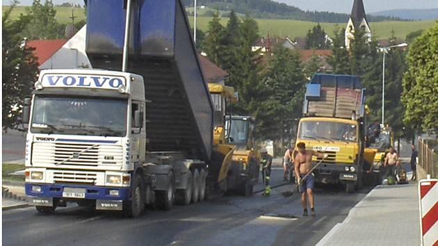 Práce finišérů v Černé v Pošumaví.