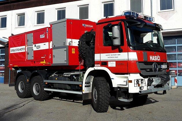 Krumlovští hasiči poprvé naostro nasadili čerpací jednotku, požár štěpky vHorní Cerekvi se hasil přes týden.