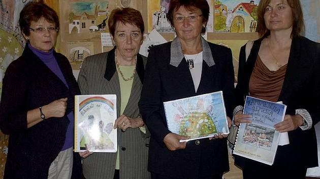 Ty, které se o zrod knih mapujících tradice na Kaplicku zasloužily nejvíce: zleva ředitelka ZŠ Omlenická Ludmila Šímová, knihovnice Daniela Wimmerová, ředitelka kaplické knihovny Jiřina Kostková a Ivana Putzerová z městského úřadu.
