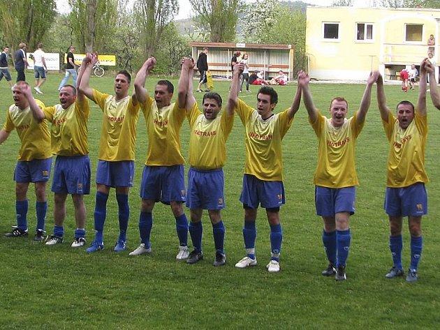 Fotbalisté Sokola Křemže v sedmém roce působení v nejnižší oblastní soutěži mohou do pokladnice klubových úspěchů přidat historické prvenství v I. B třídě.