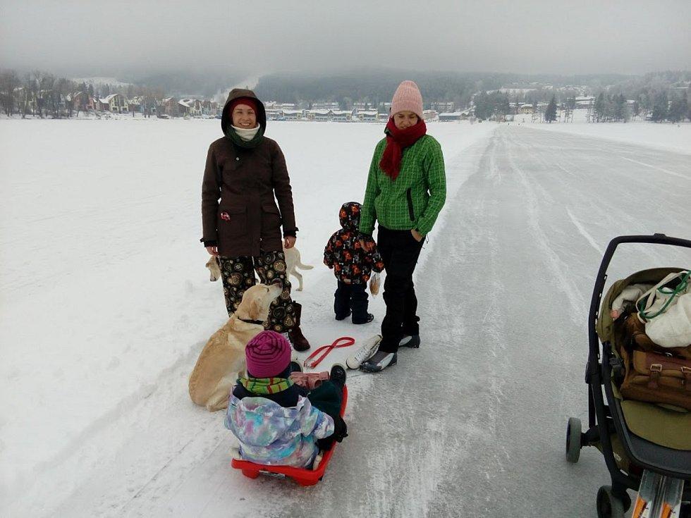 Led na Lipně měl v úterý i jen jedenáct centimetrů, k povolení hromadného bruslení jich ještě sedm chybí.
