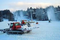 Rolby i sněžná děla v lipenském skiareálu se činí. V pátek připravené plochy a svahy vyzkoušejí první lyžaři. V provozu budou sjezdovky Jezerní, Dámská a Foxpark.