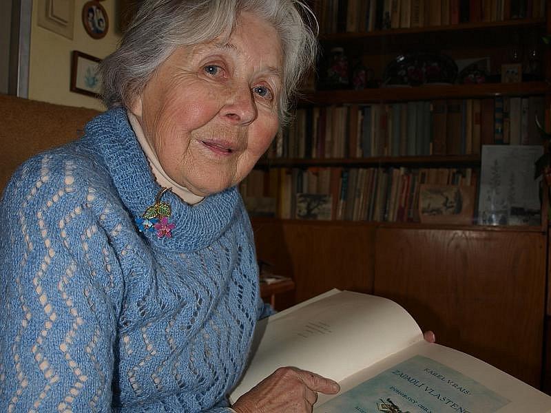 """Na knihy nedá Věra Pazderková dopustit. Na snímku ukazuje jednu ze svých oblíbených, Raisovi Zapadlé vlastence. """"I já jsem vlastně takový zapadlý vlastenec,"""" podotkla s úsměvem."""