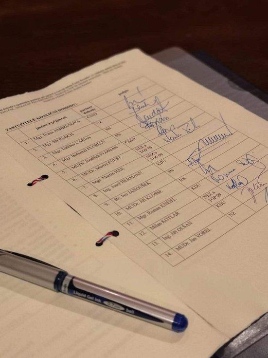Koaliční smlouva v Krumlově je podepsaná.