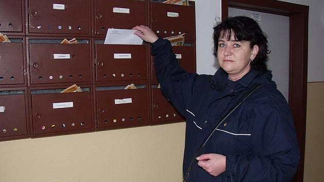 Za jeden den roznese doručovatelka Zdeňka Bezděková po českokrumlovském sídlišti Mír pět tašek plných dopisů, pohledů či reklamních letáků.
