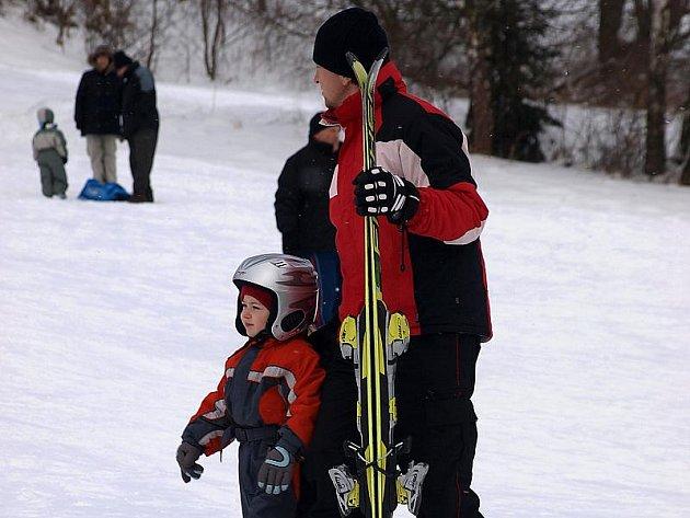 Nejen dostatek prostoru pro lyžování, ale také ochranné přilby na hlavách sportovců – takový mají v Kozí pláni recept na bezpečné dovádění na sněhu.