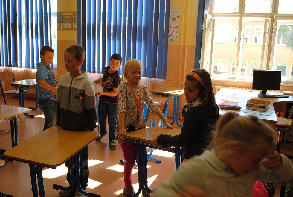 Třeťáci z krumlovské ZŠ T. G. Masaryka už vyklidili svou třídu, ve které bude volební místnost je
