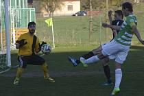 Krumlovský brankář Michal Trnka zlikvidoval i tuto šanci čížovského kapitána Brože – a o vítězi derby rozhodly až penalty.