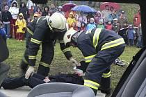 Hasiči předvedli dětem vyproštění zraněné osoby z havarovaného vozidla.