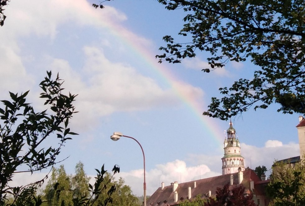 Duha při přehánce ukázala i na věž krumlovského zámku.